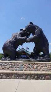 カベーラにある熊の像
