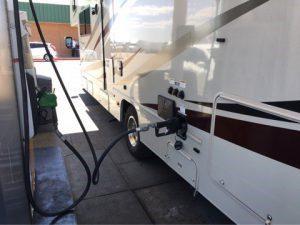 キャンピングカーにガソリン給油