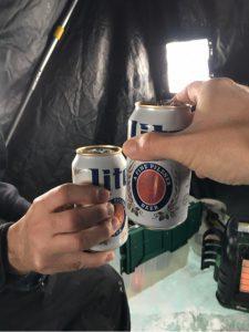 アイスフィッシングでビール飲む