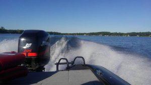 バスボートでノースレイクを滑走